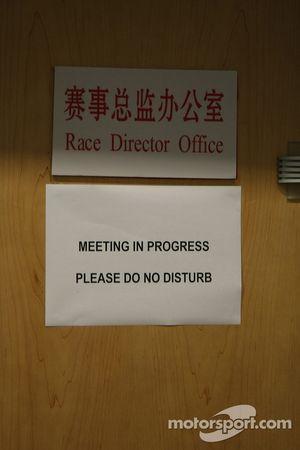 Note, race Direktör offices during stewards meeting ve Lewis Hamilton, McLaren Mercedes