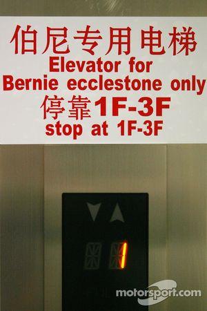 Bernie Ecclestone, ascensor