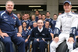 Williams F1 Team, Photo d'équipe, Patrick Head, WilliamsF1 Team, Directeur de l'ingénierie, Sir Frank Williams, WilliamsF1 Team, chef de l'équipe, Directeur Général, Team Principal et Nico Rosberg, WilliamsF1 Team