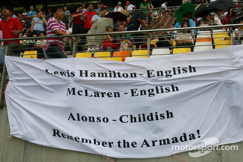 Lewis Hamilton, McLaren Mercedes fans con una bandera