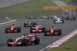 Start, Lewis Hamilton, McLaren Mercedes, MP4-22, aan de leiding voor Kimi Raikkonen, Scuderia Ferrar