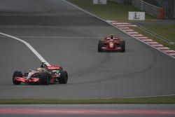 Lewis Hamilton, McLaren Mercedes, MP4-22 voor Kimi Raikkonen, Scuderia Ferrari, F2007