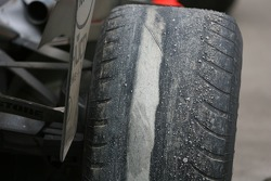 Lewis Hamilton's, McLaren Mercedes parkeert naast het circuit met compleet versleten banden.