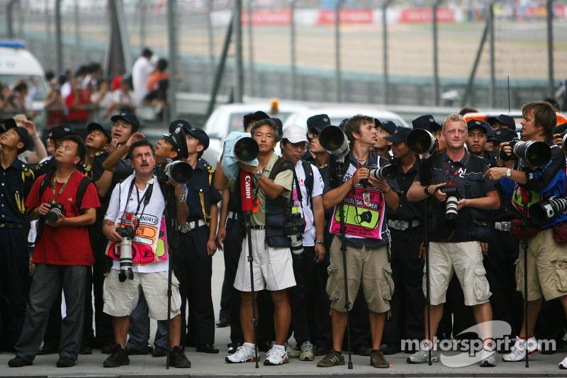 Fotógrafos esperan Parc Ferme