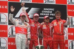 Podium: Sieger Kimi Räikkönen mit Fernando Alonso, Felipe Massa und Rob Smedley
