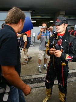 Vitantonio Liuzzi, Scuderia Toro Rosso is covered in water while talking to Gerhard Berger, Scuderia