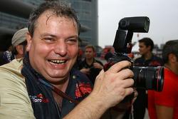 Giorgio Ascanelli, Scuderia Toro Rosso, Technical Director, takes pictures