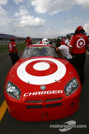 Juan Pablo Montoya discusses with Dario Franchitti on the starting grid
