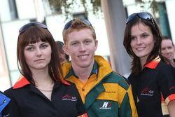 Jeunes femmes de la grille avec Ian Dyk, pilote A1 Equipe d'Australia