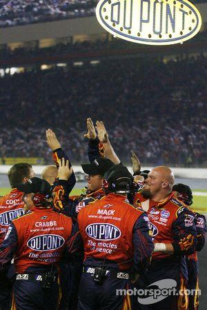 Membres d'équipage Dupont Chevy célèbrent quand Jeff Gordon passe le drapeau à damier