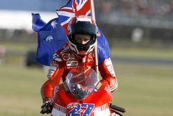 Ganador de la carrera Casey Stoner celebra