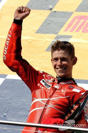 Podio: ganador de la carrera Casey Stoner celebra