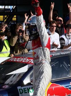Чемпион DTM 2007 года Маттиас Экстрем празднует