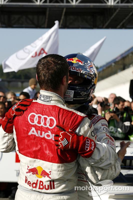 Чемпион DTM 2007 года Маттиас Экстрем празднует с напарником по команде - Мартином Томчиком