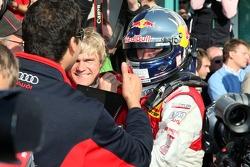 Чемпион DTM 2007 года Маттиас Экстрем празднует с командой