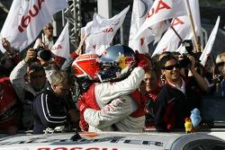 Чемпион DTM 2007 года Маттиас Экстрем празднует с Тимо Шайдером