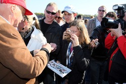 Oliver Schloemers daugther Vanessa on the grid, gets autograph from Niki Lauda