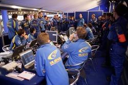 Le manager de l'équipe SWRT Paul Howarth informe l'équipe avant le début du Shakedown