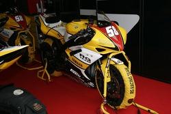 Мотоцикл команды Alstare Suzuki Corona Extra в боксах