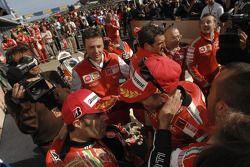 Ganador de la carrera Casey Stoner celebra con Loris Capirossi