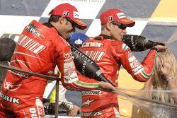 Podio: ganador de la carrera Casey Stoner y el segundo lugar Loris Capirossi