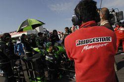 Miembro del equipo de Bridgestone en la parrilla de salida