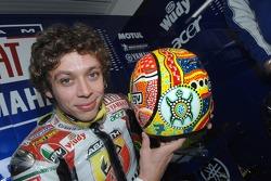 Валентино Росси показывает свой специальный шлем