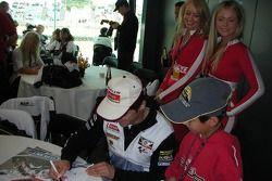 Carlos Checa firma autógrafos