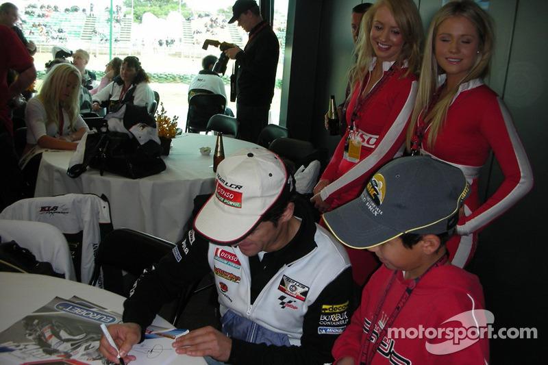 Carlos Checa signe des autographes