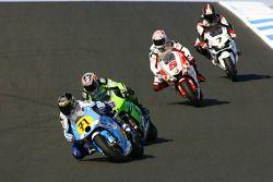 Chris Vermeulen devant un paquet de motos