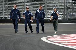 Kazuki Nakajima, Williams F1 Team, regardant le circuit