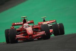 Kimi Raikkonen, Scuderia Ferrari, F2007 voor Lewis Hamilton, McLaren Mercedes, MP4-22
