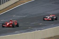 Kimi Raikkonen, Scuderia Ferrari, F2007 et Lewis Hamilton, McLaren Mercedes, MP4-22