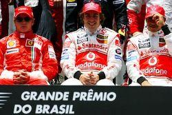 The end of season group photo: Kimi Raikkonen, Scuderia Ferrari, Fernando Alonso, McLaren Mercedes,