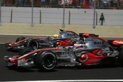 Start: Fernando Alonso, McLaren Mercedes, MP4-22 en Lewis Hamilton, McLaren Mercedes, MP4-22