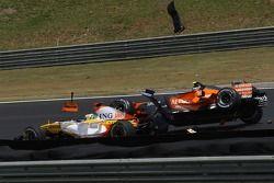 Accrochage entre Giancarlo Fisichella, Renault F1 Team, R27 et Sakon Yamamoto, Spyker F1 Team, F8-VII-B