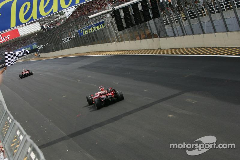 Kimi Raikkonen toma en primera posición la bandera a cuadros y gana el campeonato del mundo de pilot