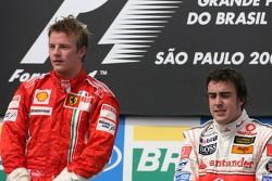 Podium: winnaar en wereldkampioen Kimi Raikkonen, met derde Fernando Alonso