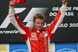 Podium : le vainqueur et Champion du Monde 2007 Kimi Raikkonen