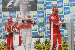 Podium : Champagne pour Fernando Alonso et Kimi Raikkonen