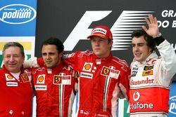 Podio: ganador de la carrera y campeón del mundo 2007 Kimi Raikkonen, segundo lugar Felipe Massa, te