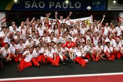 Ferrari viert: wereldkampioen 2007 Kimi Raikkonen met Felipe Massa, Jean Todt en het team