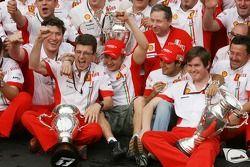 Ferrari viert: wereldkampioen 2007 Kimi Raikkonen met Felipe Massa, Jean Todt, Chris Dyer en het tea