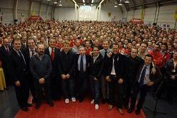 Maranello: 2007 Dünya Şampiyonu Kimi Raikkonen kutlama yapıyor ve Michael Schumacher, Felipe Massa,