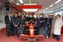 Maranello: 2007 Dünya Şampiyonu Kimi Raikkonen pose ve Felipe Massa, Luca Badoer, Luca di Montezemel