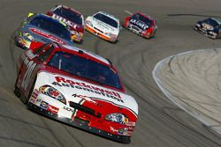 Denny Hamlin emmène un groupe de voitures