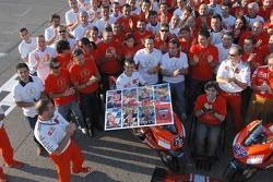 Групповое фото Ducati Marlboro: Лорис Капиросси получает прощальный подарок от членов команды Ducati Marlboro