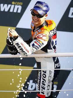 Подиум: шампанское для победителя гонки - Дани Педроса