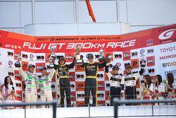 GT300 podium: class winners Nobuteru Tanigichi and Dominik Farnbacher, second place Kazuya Oshima an