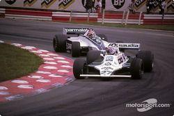 Alan Jones à frente de Nelson Piquet